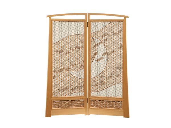 この枠材に使われている尾州檜は、国有林で神社仏閣などに使用されるもの。空に浮かぶ三日月と雲を表現。腰...