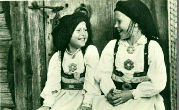 Bunadskort To jenter i Setesdalsdrakt