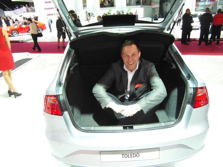 V.I.P. Reporter im Kofferraum des Toledo  http://www.seat.de/content/de/brand/de/seat-welt/designstudien/seat-toledo.html