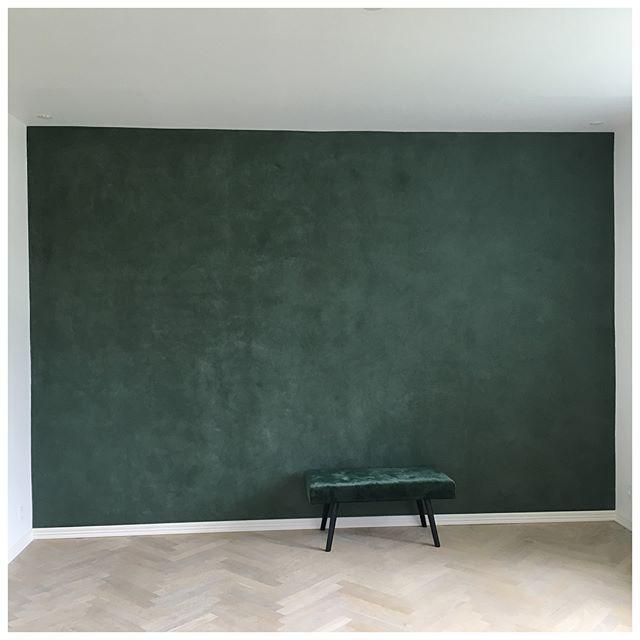 Denne dusty grønne væg skaber en rolig stemning og en