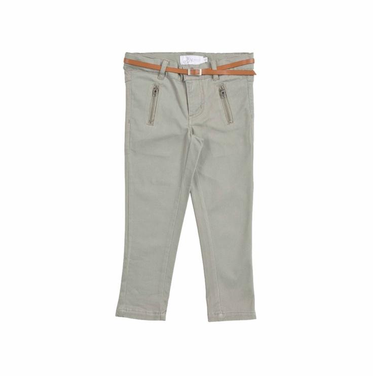 """Pantalón verde olivo con cinturón de cuero marrón para niña. Con llamativos bolsillos al frente y etiqueta """"EPK tea""""."""