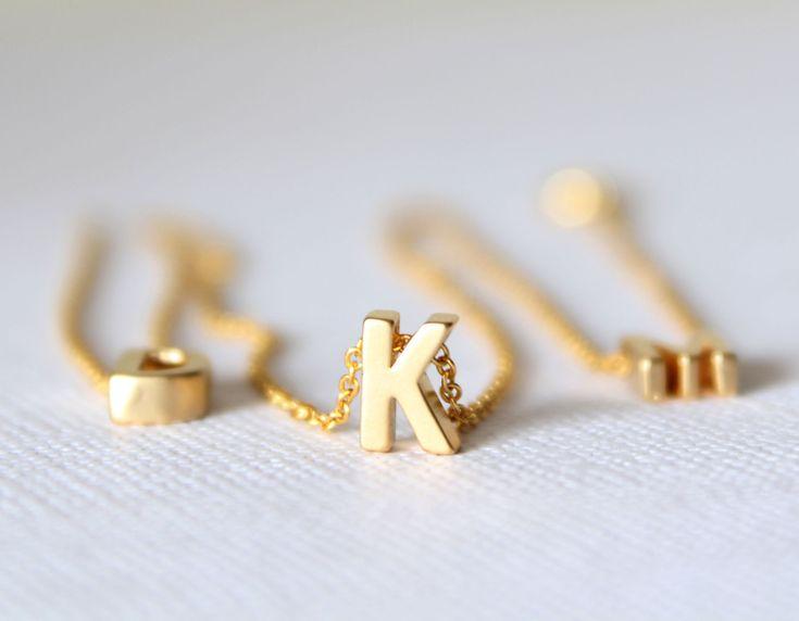 Collana piccola lettera oro  Collana iniziale di lizaslittlethings, $16.00
