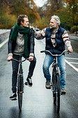 Avec le vélo ce sont 600 calories qui brulent par heure. On peut pédaler 90 minutes 2 fois par semaine ou 20 minutes par jour. La pratique du vélo stimule la circulation veineuse et s'attaque à la cellulite des cuisses.