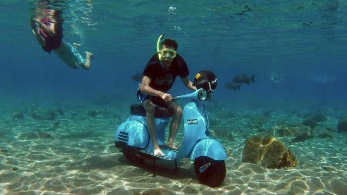 Kebayang nggak bisa selfie di bawah air sembari naik vespa? Cuma di Umbul Ponggok di Klaten, Yogyakarta.