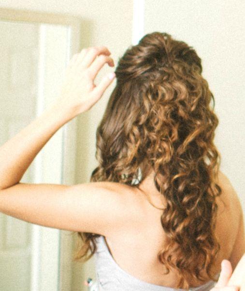 Ideias de penteado para noivas com cabelo ondulado ou cacheado Image: 2