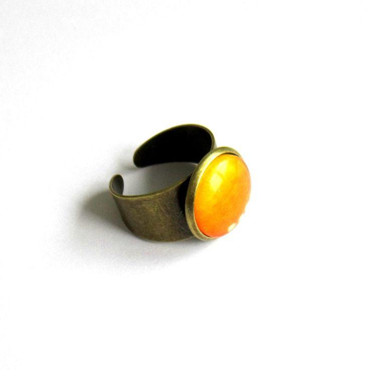Bague réglable cabochon bronze et jaune moutarde, bague bronze à cabochon de verre dégradé de jaune : Bague par color-life-bijoux