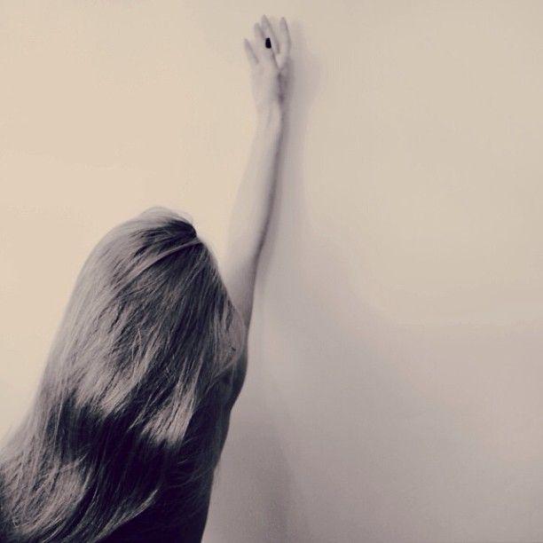 """В парке плакала девочка: """"Посмотри-ка ты, папочка, У хорошенькой ласточки переломлена лапочка,- Я возьму птицу бедную и в платочек укутаю..."""" И отец призадумался, потрясенный минутою, И простил все грядущие и капризы и шалости Милой маленькой дочери, зарыдавшей от жалости. / 1910 Игорь Северянин."""