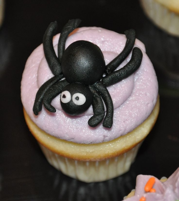 mini fondant spider | ... mini cupcakes. You know, small enough so that the spider looks real