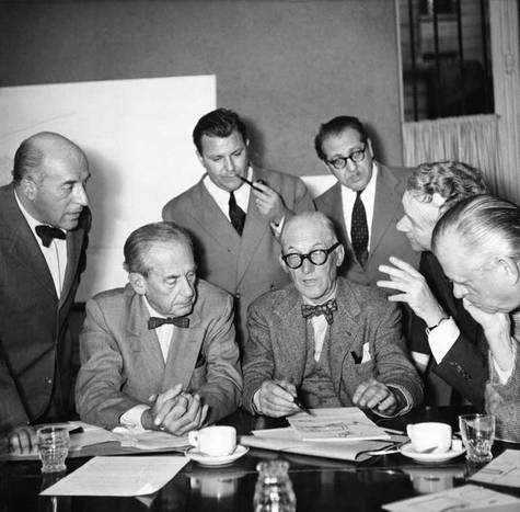 Marcel Breuer (Etats-Unis), Pier Luigi Nervi (Italie) et Bernard Zehrfuss (France) ; ils ont été approuvés par un comité international de cinq membres : Lucio Costa (Brésil), Walter Gropius (Etats-Unis), Charles Le Corbusier (France), Sven Markelius (Suède) et Ernesto Rogers Italie) ; l'architecte finlandais Eero Saarine