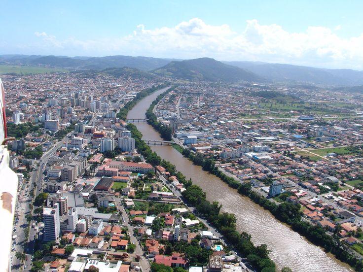 O potencial de crescimento de Tubarão está relacionado a três estruturas que não estão dentro da cidade: o porto de Imbituba, o porto de Laguna e o Aeroporto de Jaguaruna. A cidade é a maior no entorno e funciona como ponto de referência p