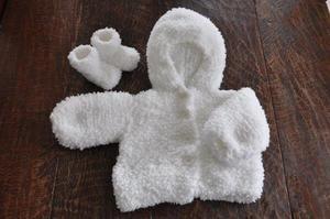 Breien - Zelfgebreid babyjasje met slofjes van fluffyzacht pluizig garen. Patroon voor beginners! Alleen maar vierkante lappen en danaan elkaar naaien.   Als je kijkt op hobby blogo nl (met puntjes ertussen) kom je op de site en staat het patroon onder het 4e aandachtspuntje!