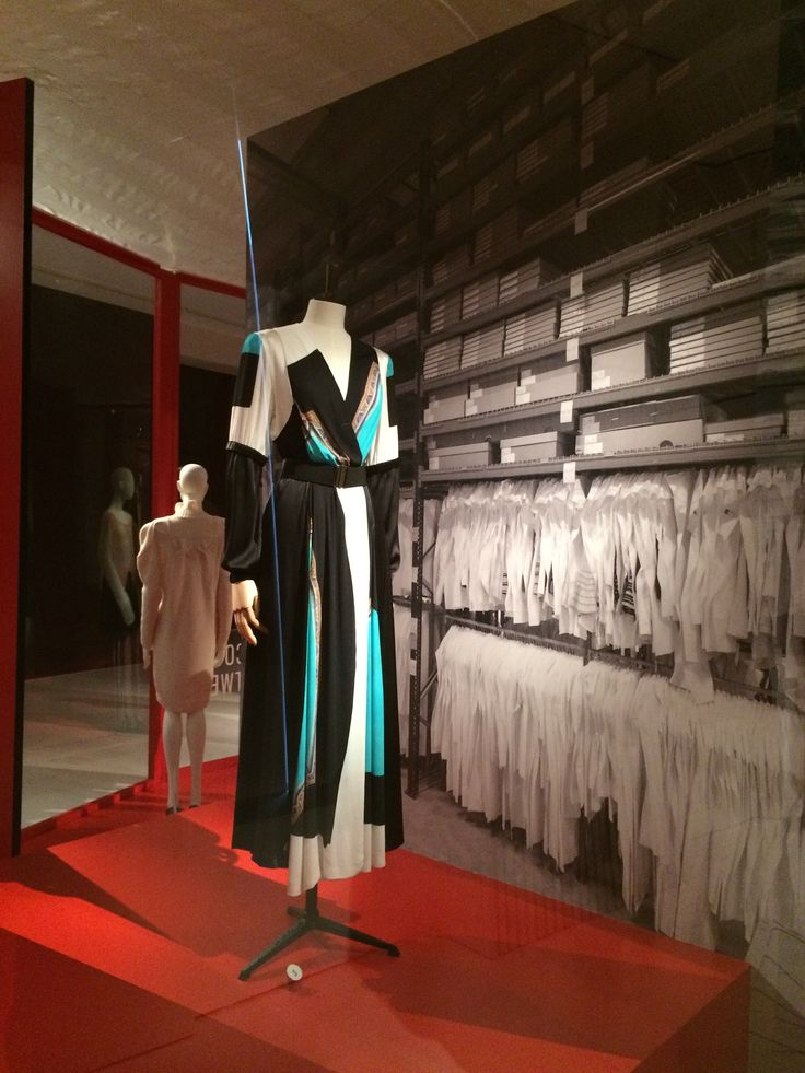 ModeMuseum Antwerpen - MOMU NU. Hedendaagse Mode uit de MoMu collectie 25.09.2014 > 04.01.2015 Drie van Noten