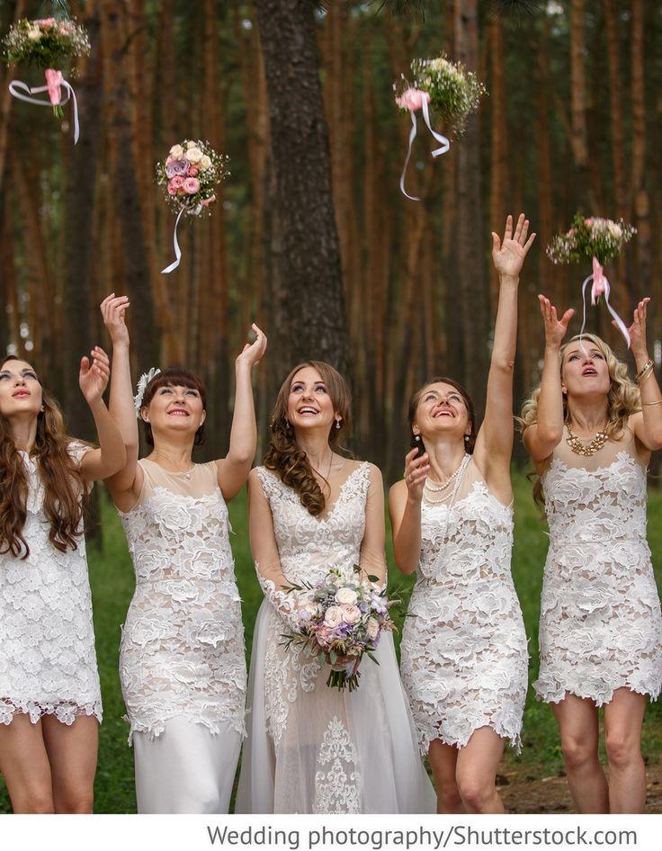 Brautjungfern in weißen Kleidern mit Spitze für Hochzeiten