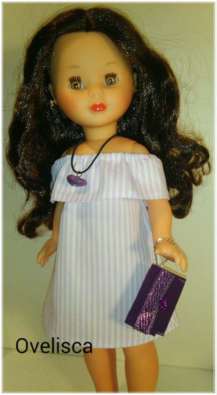 Nancy con vestido de cuello al aire y volante