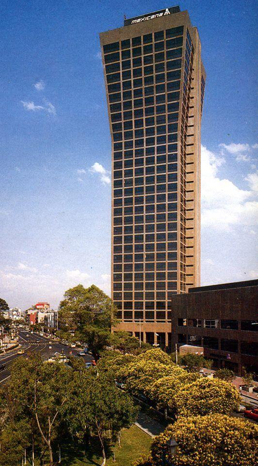 Los alrededores de la inconfundible Torre de Mexicana de Aviación, hoy llamada Torre Axa México, en una imagen de inicios de los años noventa. Todo un referente de la colonia Del Valle.    Crédito: México Moderno 50 fotos históricas de la Ciudad de México (parte 14)