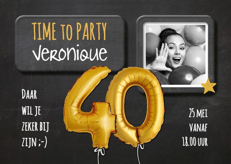Retro uitnodiging voor 40e verjaardag. Foto van gouden ballonnen op een krijtbord achtergrond en ruimte voor je eigen foto. Let op: geen goudfolie.