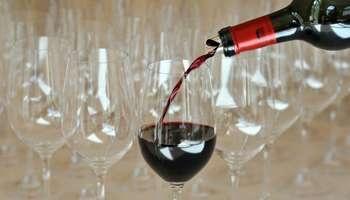 Côte d'Ivoire : c'est le vin rouge qu'ils préfèrent       02/01/2013 à 16h:29 Par Haby Niakate, envoyée spéciale          La consommation de vin est ancienne en Côte d'Ivoire. © AFP  Le vin, au bord de la lagune Ébrié, ce n'est pas nouveau. Ce qui l'est, ce sont les caves à vin, de plus en plus nombreuses à Abidjan. En Côte d'Ivoire, on y boit de tout, et pas toujours des grands crus...    Il est 21heures à Angré, un q