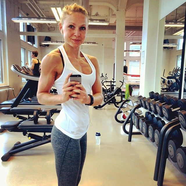 """""""Ooooeps  Kei-hard verslapen  Zou zomaar iets te maken kunnen hebben met die heerlijke avond van gister  Tijdnood dus! Maar m'n training overslaan? DACHT HET NIET  Dus, ik ga nu aan de slag, als een malle! De ballen! #happyhappyjoyjoy #nietlullenmaarliften #pbp #personalbodyplan #fitfam #fitness #fitdutchies #fitgirlcode #girlsthatlift #wopwopwop #dedicated #badassforlife #priotiteiten #causeiwannabe #amusclesmurf"""" Photo taken by @jbbouwmeester on Instagram"""