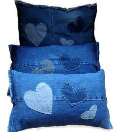 Upcycled recycled  old blue jeans denim cushion pillow Hearts DIY craft sew Inexpensive cheap lovely idea Valentine's day +++ Manualidad coser Cojines almohadas reutilizar reciclar viejos azules tejanos vaqueros jeans decoracion casa barata corazones