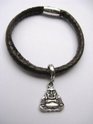 Zwart lederen armbandje met magneet sluiting en een metalen bedeltje in de vorm van een Budha.