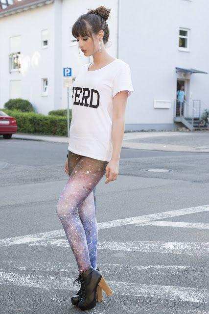 Mein Outfit ist heute auch so ein richtiges Bloggeroutfit - Galaxy Leggings, (Fake) Litas, Nieten und Nerd-Shirt.