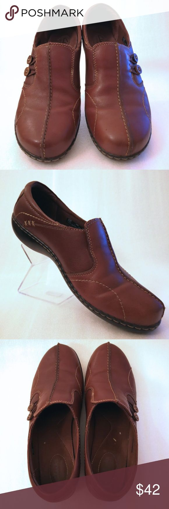 Women's 10M Clarks Brown Leather Shoes For sale is a pair of Clarks in excellent condition.   Size: 10M  I will ship your shoes within 24 hours  Thank you Clarks Shoes Flats & Loafers