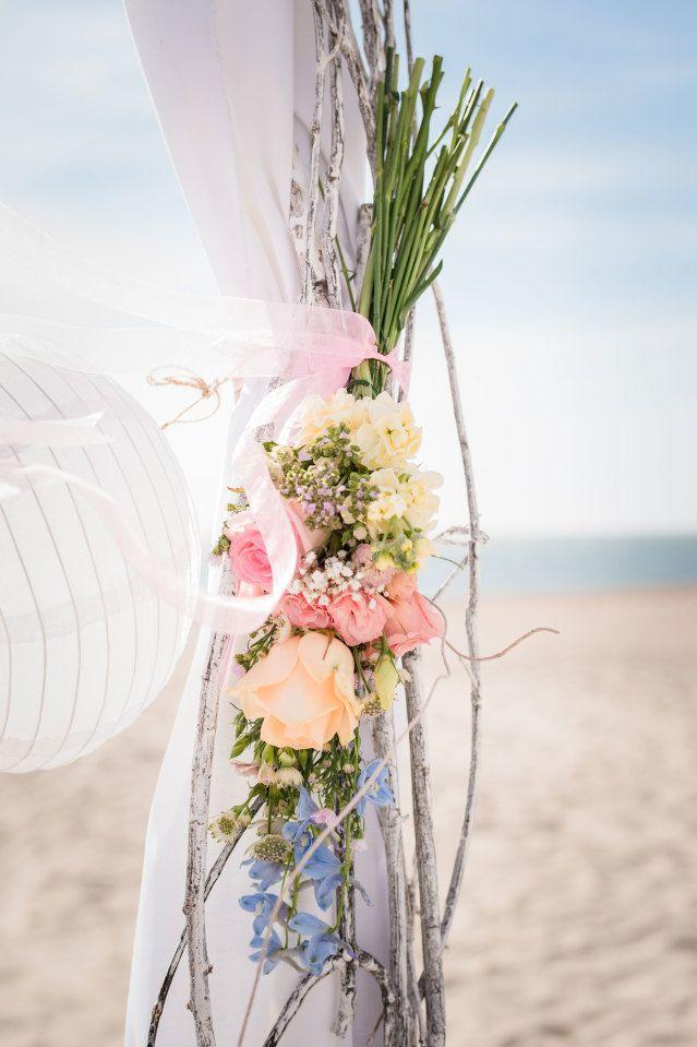 #wedding #bruiloft #beach #strand #decoration #flowers #bloemen | Styled shoot: wedding at sea | ThePerfectWedding.nl | Fotografie: Anneke Fotografie