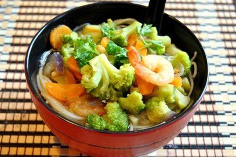 Wietnamska Zupa Z Brokułami rewelacyjna wietnamska zupa. Totalnie różni się od tych, które znamy i jemy w Polsce. Polecam spróbować