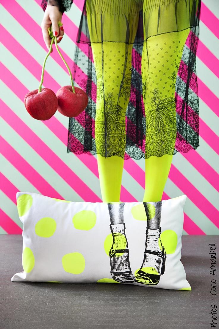 Coussin clogs pois jaune fluo / cushion neon pink dots - shoes - © la cerise sur le gâteau - Anne Hubert - photo: Coco Amardeil