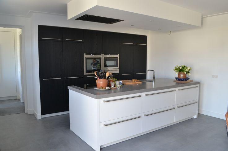 wit met zwarte keuken en betonlook blad van NDR Keukens.