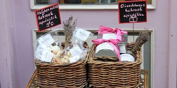 Édességek kicsiny boltja-La Delizia Első Coffeecorner cikkünk választottja, örökké a legkedvesebb lesz nekünk! :) Finom, hangulatos, barátságos! Mindig jó választás :)