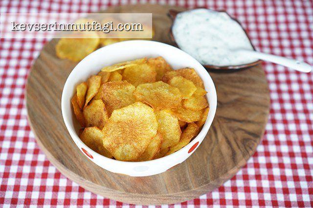 Fırında Patates Cipsi Tarifi - Malzemeler : 2 adet orta boy patates, 2 yemek kaşığı sıvı yağ, 1 tatlı kaşığı toz kırmızı biber, 1 çay kaşığı tuz.