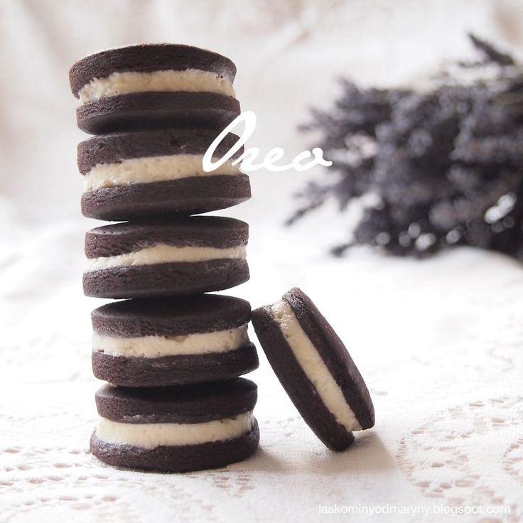 Variace na populární americké sušenky Oreo, které se skládají nejčastěji ze dvou kakaových sušenek spojených vanilkovým krémem. Do mlék...