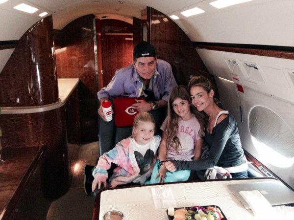 aszfalton fedélzetén & quot; Air Sheen & quot;  amelynek mechanikai problémák nem vicc.  az én modern család.  legcsinosabb gals a világon!  c