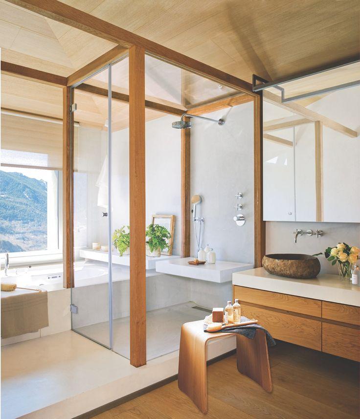 Baño con tocador, gran cabina de ducha acristalada y bañera distribuidos en paralelo