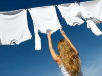 Não tente remover manchas com alvejantes que tenham cloro ou água sanitária. Esses produtos podem trazer mais manchas, além de amarelar e enfraquecer as fibras dos tecidos.  Usar alvejante a base de peroxido para lavá-las. Dilua o alvejanteem água quente a 60ºC. Deixe a peça de molho nessa mistura por cerca de 15 minutos. Enxágüe bem.