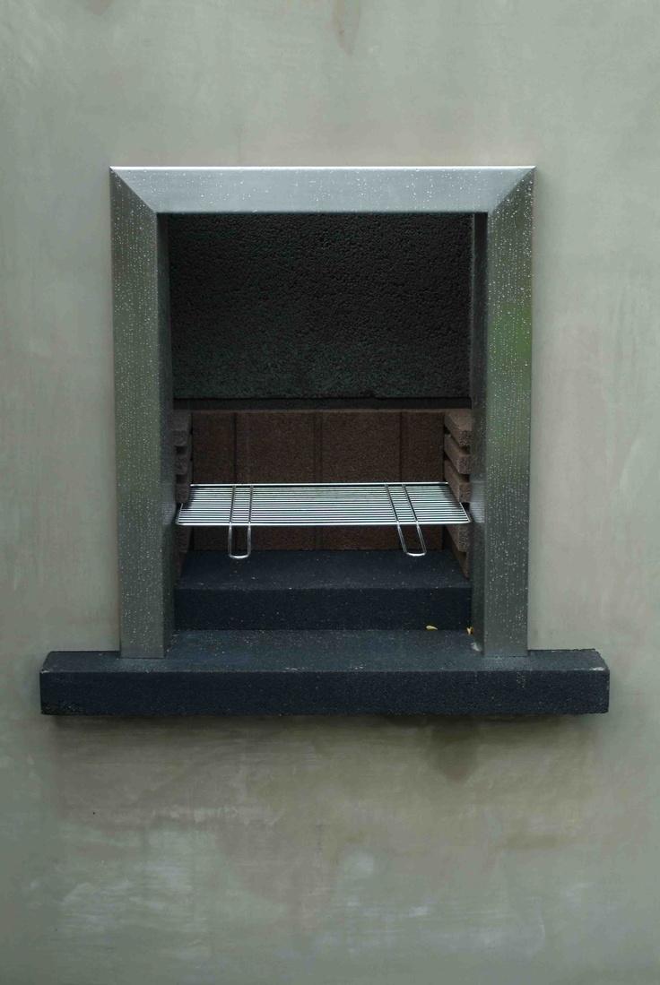 BBQ in strak gemetselde muur tevens als tuinhaard te gebruiken. Ontwerp en aanleg hoveniersbedrijf van Elsäcker Tuin