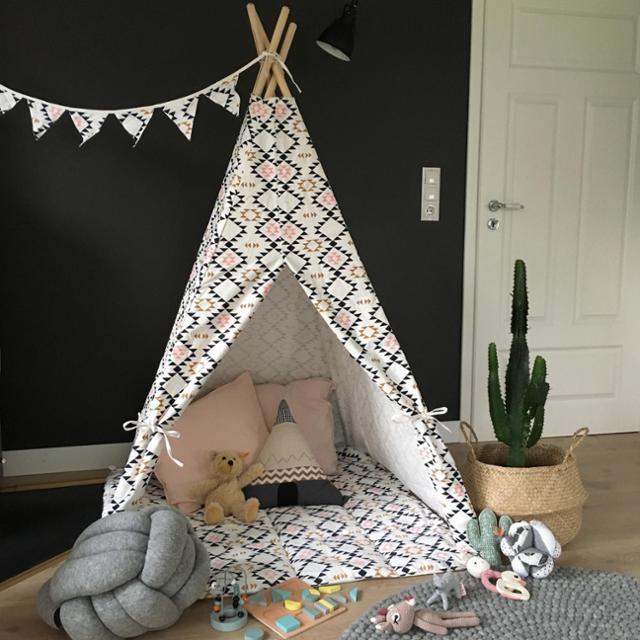 Fabulous Ein Tipi f rs Kinderzimmer gef llt den Kleinsten ganz besonders gut Vor der schwarzen Wand inszeniert