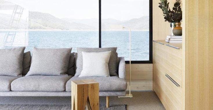 HOUSEBOAT SUL LAGO EILDON IN AUSTRALIA Lo studio australiano Pipkorn & Kilpatrick ha recentemente completato questa casa galleggiante su tre livelli, che naviga sul lago Eildon, nell'entroterra di Melbourne, Australia. Il primo livello è stato concepito come un grande open-space d