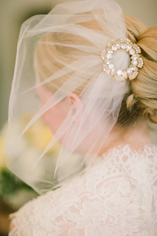 such a perfect little veil, so classy.: Cat Photography, Lukeandcat Com, Hair Brooches, Beautiful Hairstyles, Floral Design, Hair Pieces, Vintage Brooches, Veils 891772, Birdcages Veils