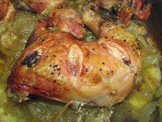 Fácil, rápido y delicioso: pollo al horno con cebolla y cerveza. ¡Cómo nos gusta!
