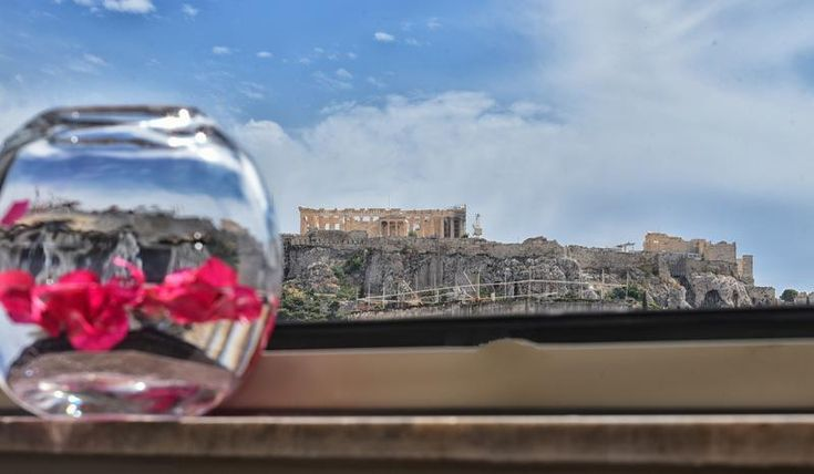 Από την Τίτη Βελοπούλου (tvelopoulou@dousiscom.gr) Με mottο το ¨Where Simplicity meets ellegance¨ ο όμιλος Andronis γνωστός από τα πολυτελή ξενοδοχεία του στη Σαντορίνη έβαλε το περασμένο καλοκαίρι πλώρη για την Αθήνα ρίχνοντας άγκυρα στην cultγειτονιά του Ψυρρή! Η νέα πρόταση διαμονής Andronis που μοιάζει με όαση στο πολύβουο κέντρο της Αθήνας απαρτίζεται από μόλις τέσσερις…