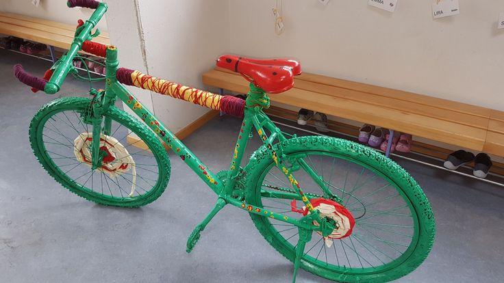 Mit den Kindergärtlern ein altes Fahrrad bemalen....mit Stoff umweben....mit Wolle umwickeln. Eine lässige, spezielle Arbeit