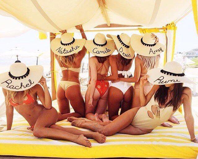 Bom diaaaaaaaa, para quem queria estar com um chapéu personalizado fazendo 'pôse' nos Hamptons!  Que este final de semana seja só alegria plateeees! #bomdia #saturday #beach #day #fashion #revolveinthehamptons #plateforme33
