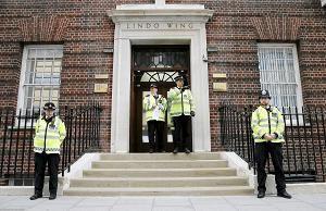 Poliisit seisoivat vartioimassa St Maryn sairaalan pääovella, jossa prinssi Williamin vaimon, herttuatar Catherinen synnytys on käynnistynyt, Lontoossa lauantaina.