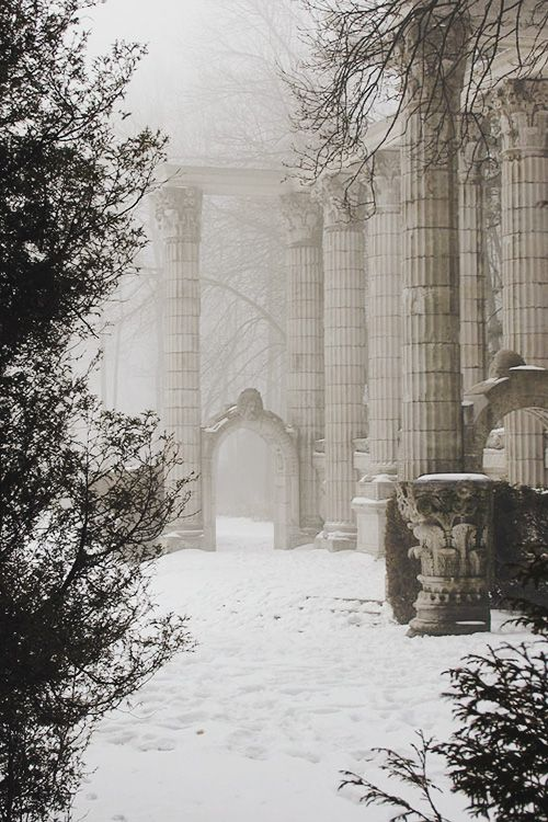 La beauté du froid et de la neige + colonnes — 42 Images of Holiday Inspiration to Celebrate :: This is Glamorous