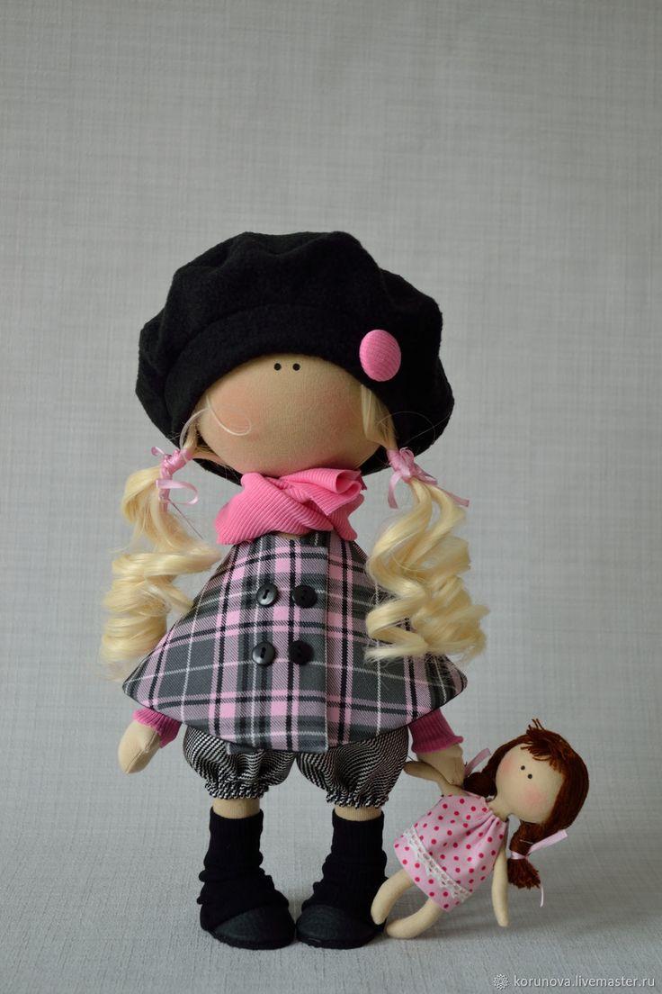 Купить или заказать Девочка с куклой в интернет магазине на Ярмарке Мастеров. С доставкой по России и СНГ. Материалы: трикотаж, флис, костюмная ткань, трессы. Размер: 30 см