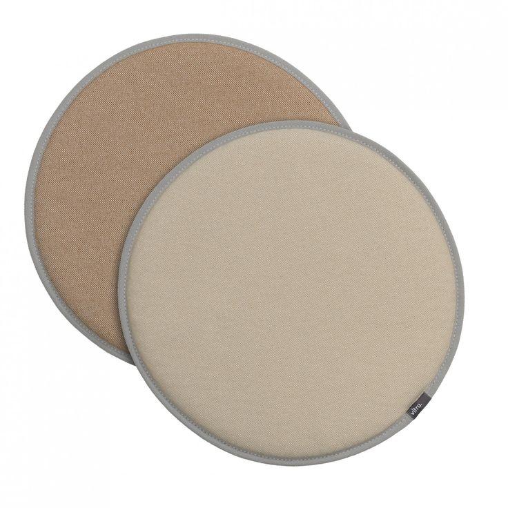 Vitra Seat Dot perkament/crème - tabbak/crème  SHOP ONLINE: https://www.purelifestyle.be/home-office/decoratie/textiel/kussens/vitra-seat-dot-parchment-cream-white-tobacco-cream-white.html