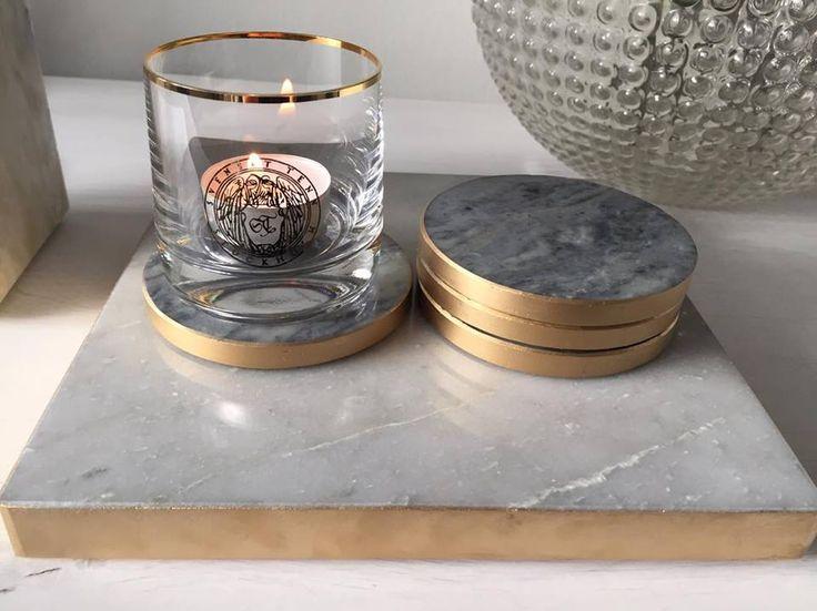 Vackra glasunderlägg i unik blå marmor med guldkant runt. Glasunderläggen fungerar både som enskilda inredningsdetaljer i vardagsrummet eller som en del av middagsserveringen. Den unika blåa marmoren är ensam i sitt slag och bryts endast vid marmorbrottet utanför Örebro.  Design: Josephine Kierkegaard
