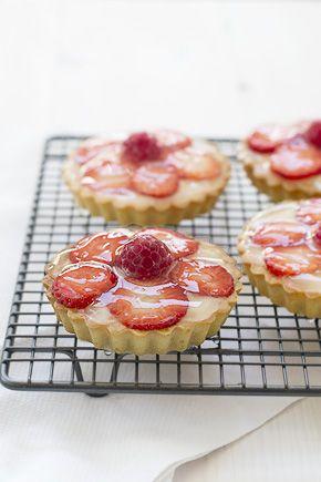 Hoy es red nose day hemos querido preparar esta receta de Tartaletas de fresa y frambuesa con baño brillante para tartas de frutas. Con fotografías y consejos de elaboración. Recetas de tartaletas